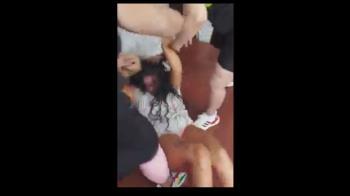 En las imágenes se ve como propinan una paliza una mujer por una supuesta infidelidad