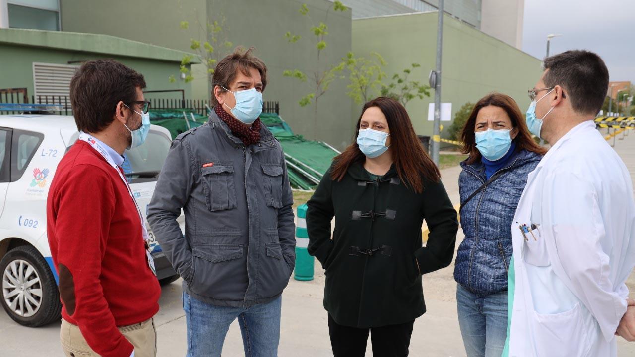 El alcalde de la ciudad, Javier Ayala, acudió al centro para comprobar de primera mano la campaña de vacunación