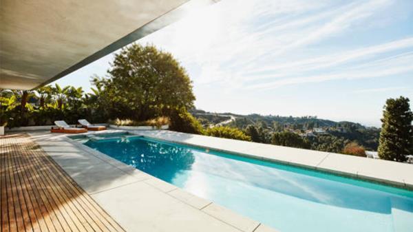 Vivir cerca de una piscina en Madrid puede aumentar el precio de la vivienda en alquiler hasta un 25% en Chamberí y un 49% más en la compra de una vivienda en Villaverde